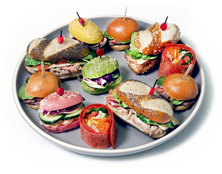 jolie assiette de sandwichs traiteurs